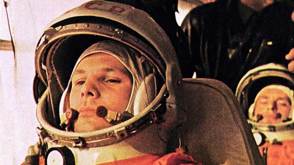 Yuri Gagarin, o piloto da Vostok 1, está no ônibus a caminho do lançamento. O cosmonauta por trás de Gagarin é o alemão Titov, o piloto back-u que se tornou piloto da Vostok 2.