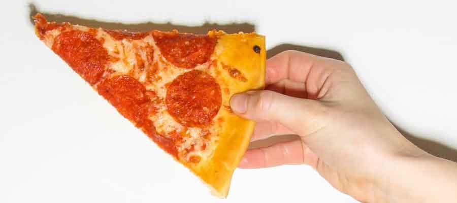 Dia da Pizza - Pizza na mão