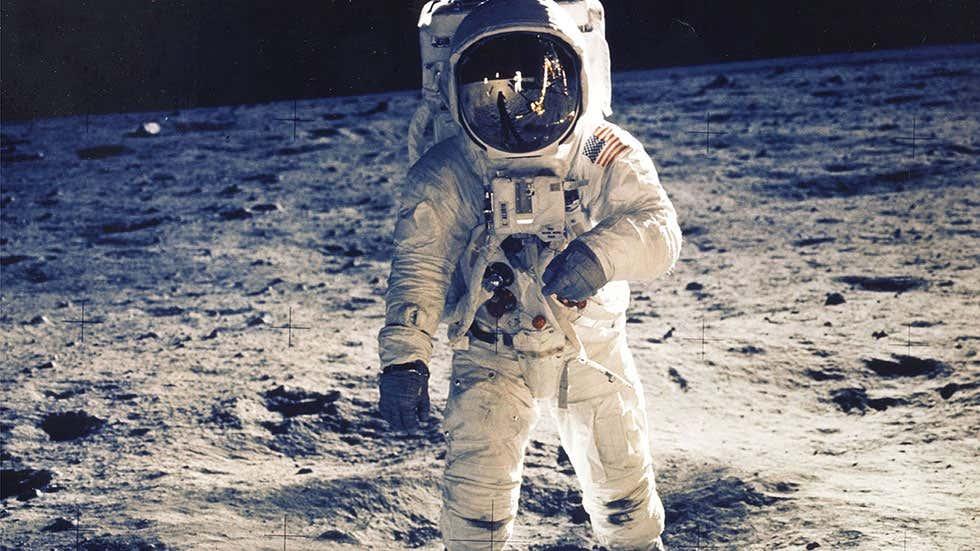 Astronauta Buzz Aldrin caminhando na Lua durante a missão Apollo 11