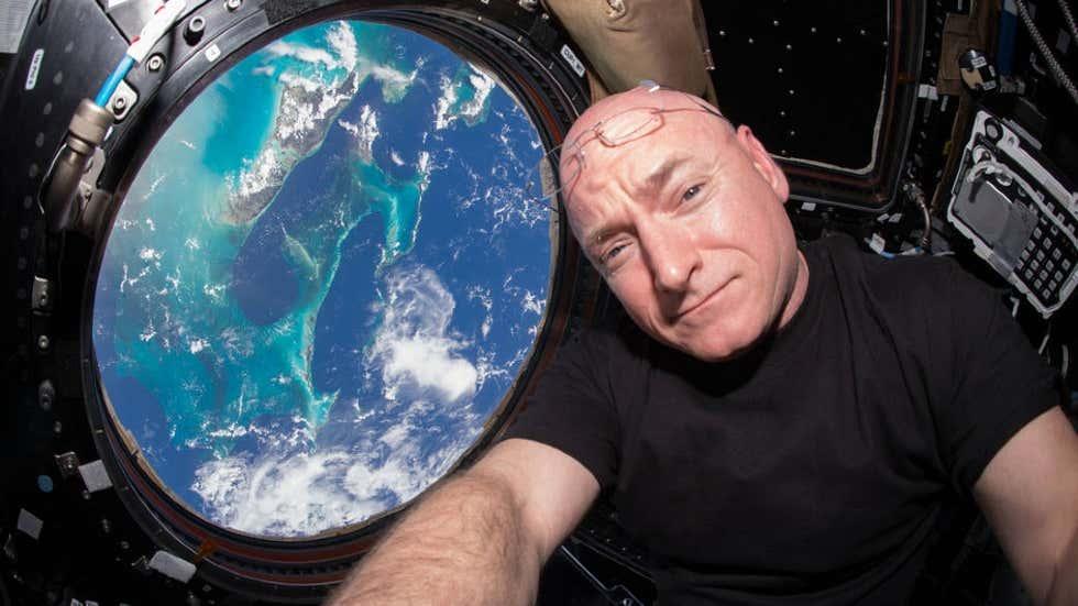 O astronauta e comandante da Expedição 45 dos EUA, Scott Kelly, tira uma selfie na Estação Espacial Internacional pouco antes do 15º aniversário da presença humana contínua no espaço em 2 de novembro de 2015.